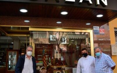 L'alcalde d'Albal visita la pastisseria Galán, plata en el Concurs de Sant Donís 2020