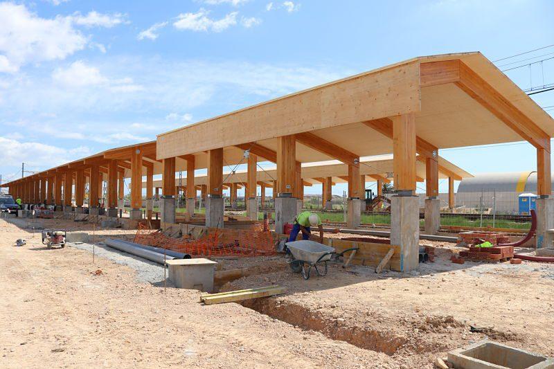 L'edificació dels edificis de passatgers de la futura estació de tren, a punt a d'acabar-se amb l'instal·lació de les cobertes metàl·liques