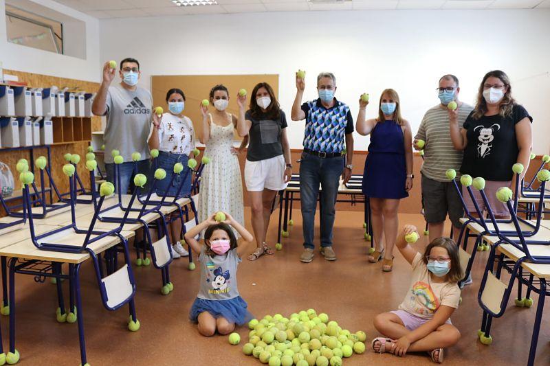 El col·legi La Balaguera compta ja amb una donació de 400 pilotes de tenis per a combatre el soroll a les aules